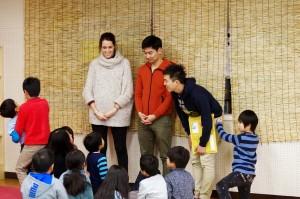 小学生と交流するジョンとマチルダ