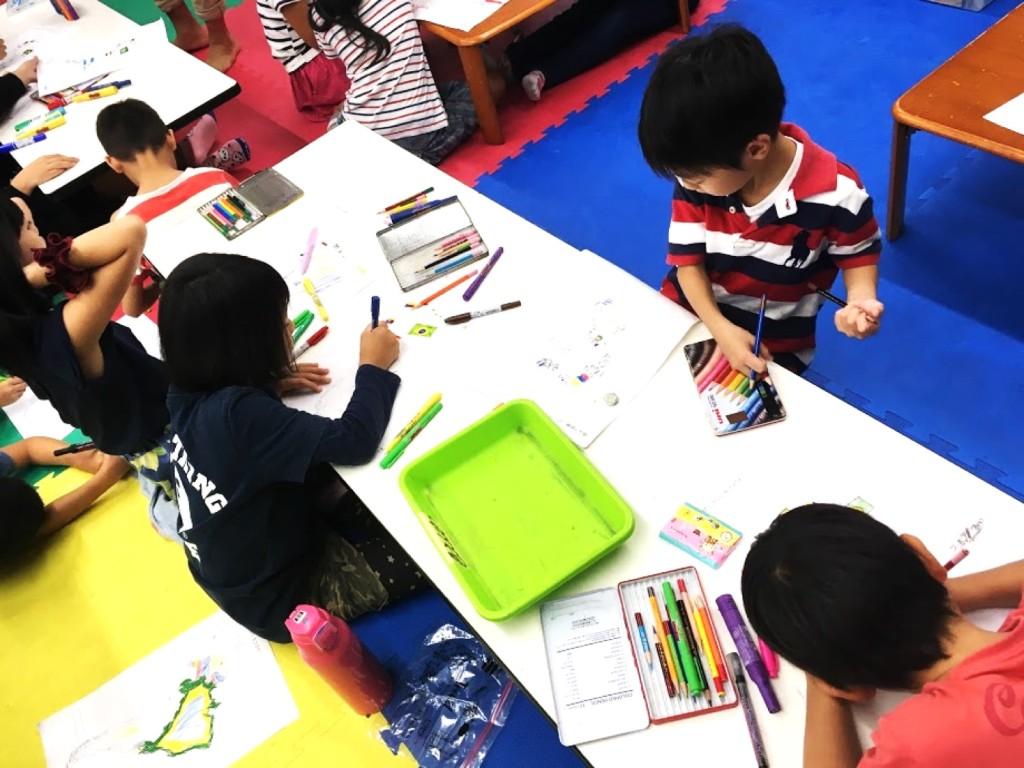 一年生も頑張って色を塗っています