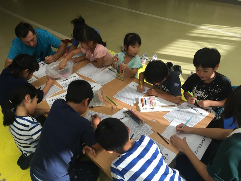 集中して書く子どもたち
